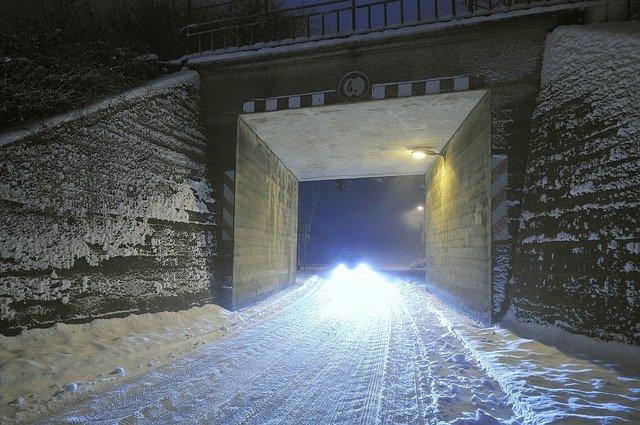 auto pod mostem.jpg