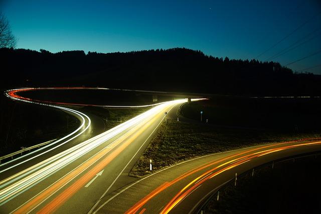 světla aut ve tmě.jpg