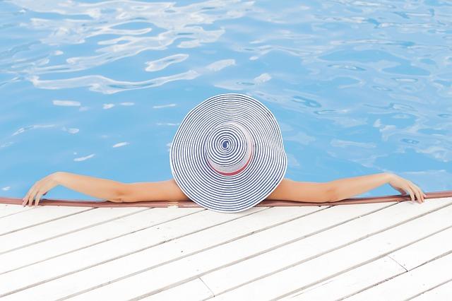 odpočinek v bazéně