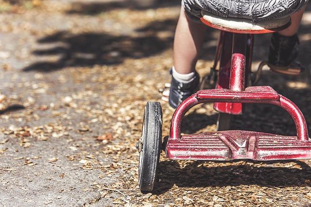 dítě na tříkolce