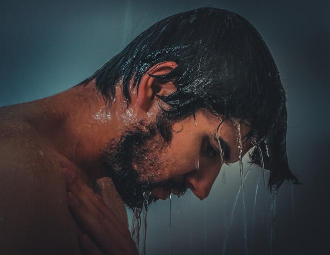 muž pod sprchou.jpg
